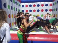 En el twister hinchable