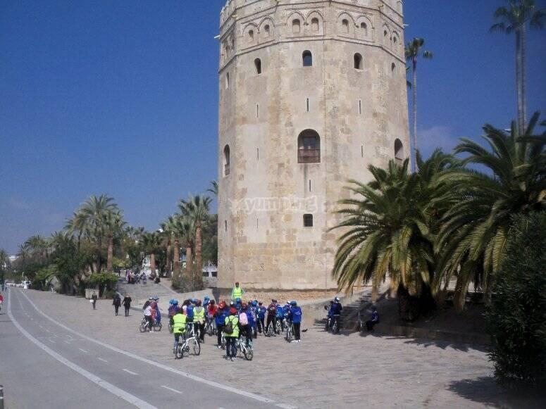 Frente a la Torre del Oro