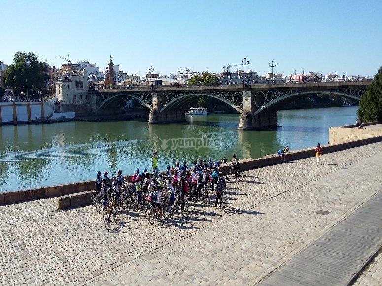 Grupo escolar en ruta de bici