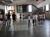 ninos bailando en un recinto cerrado