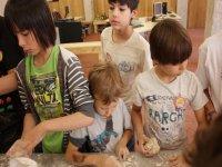 ninos haciendo pan en un taller de verano