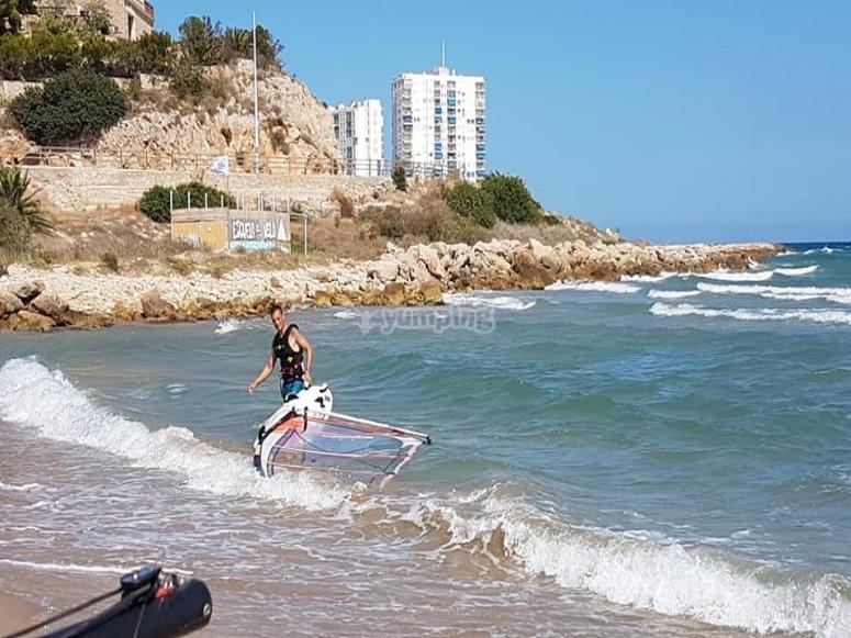 Hacia el mar con la tabla de windsurf
