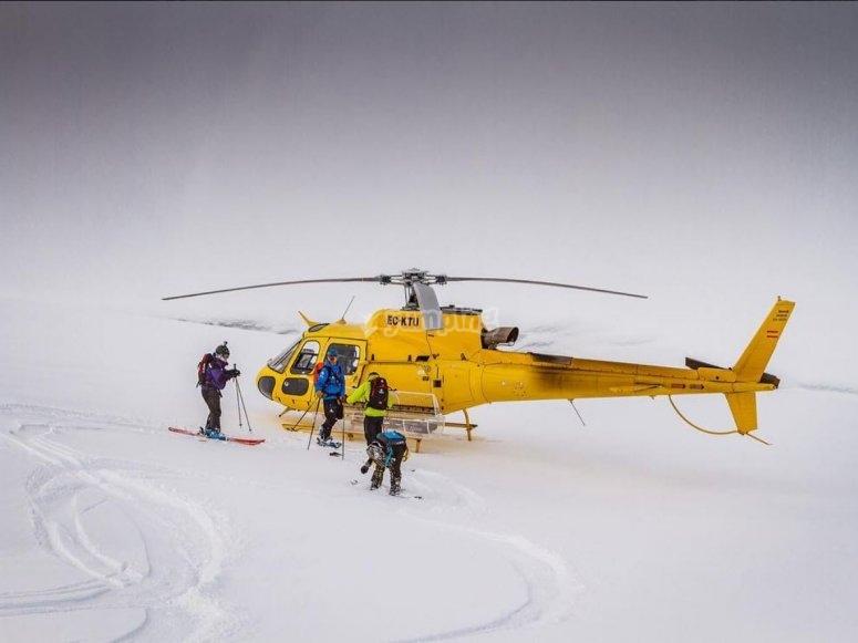 直升机与滑雪者