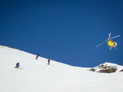 1天从比利牛斯山的直升机滑雪