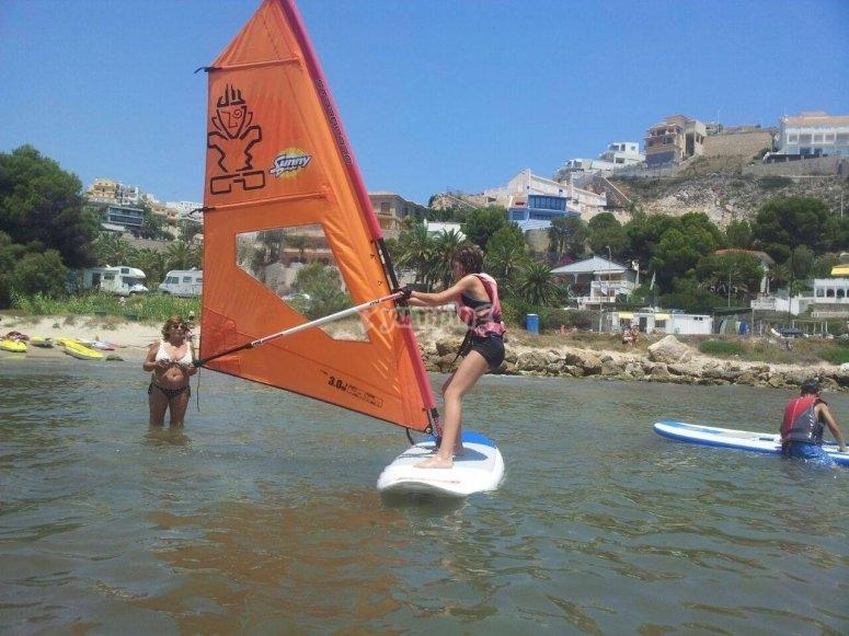 En la costa de Cullera practicando windsurf