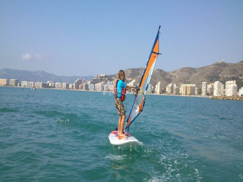 Practicando windsurf en Valencia