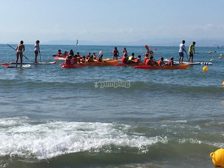 Remando en los kayaks en Cullera