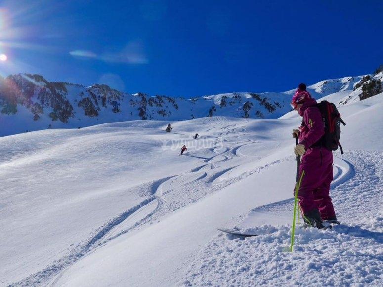 Esquiador descansando en la nieve