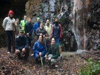 一群冒险家在瀑布前