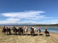 A caballo delante del embalse en Gredos