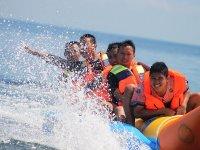Familia disfrutando de una ruta en banana boat