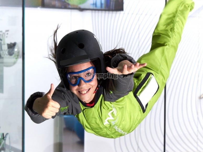 Niño vuela tunel de viento