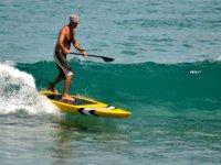 Surfeamos las olas con la ayuda de un remo