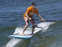 Bajando olas en paddle surf
