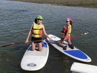 Amigas disfrutando de paddle surf