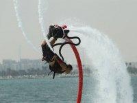 hombre dando una voltereta haciendo flyboard