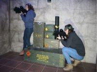 Chicas apuntando con las armas laser
