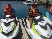 Subidos a las motos de agua