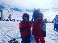 Su primer dia esquiando