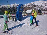 Junto al monitor esquiando