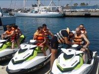 Revisando los mandos de la moto nautica