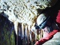 Guia gateando en la cueva