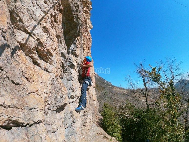 Escalador ascendiendo la pared