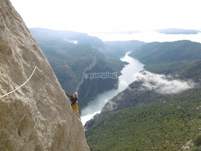 Via larga de escalada sobre el rio