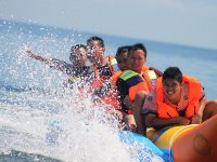 Familia disfrutando con ruta en banana boat