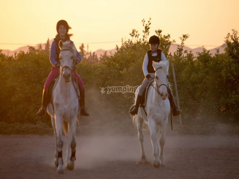 Dos personas montando a caballo