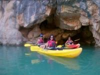 Chicas navegando en kayak en Murcia