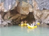En la cueva con los kayaks