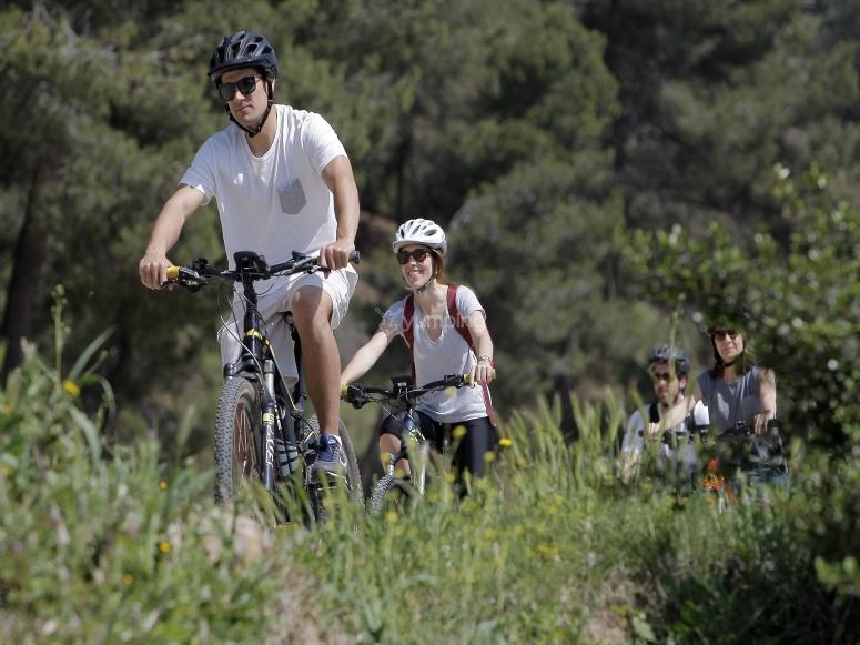 En pareja y con bicicleta electrica