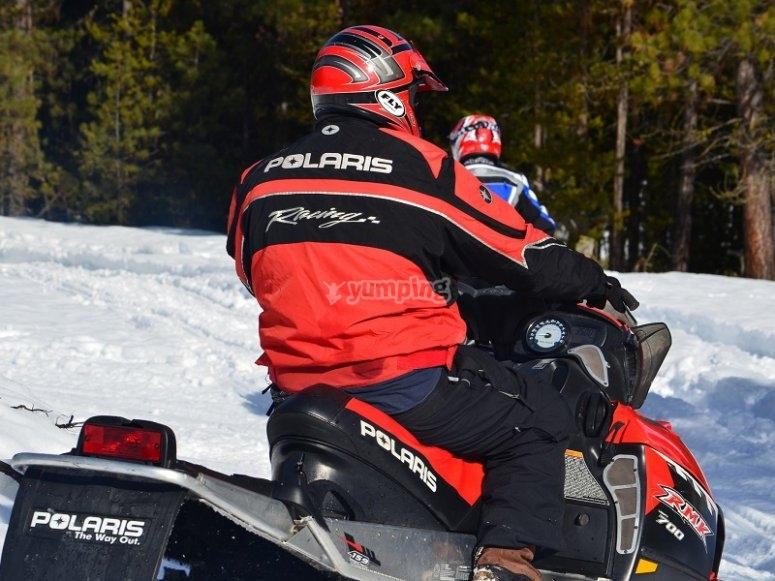 Recorriendo Montgarri en moto de nieve