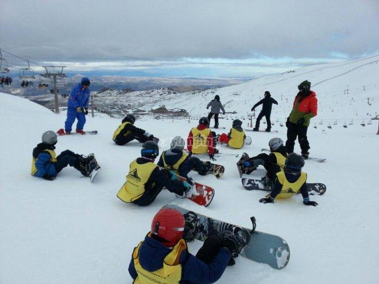 单板滑雪班的学生