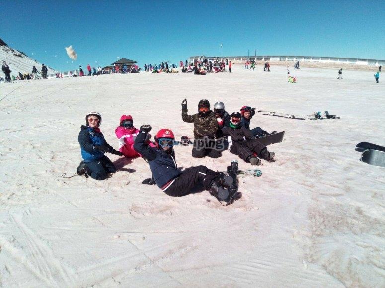 坐在雪地里的雪学生
