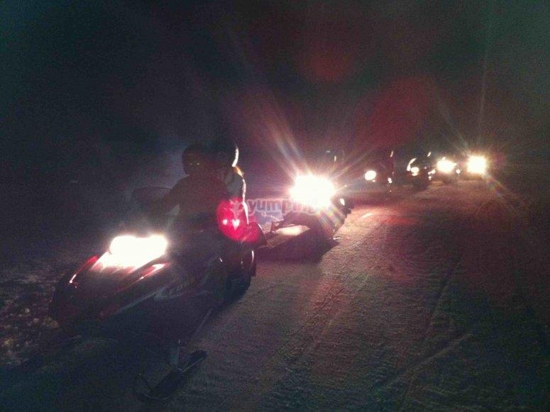 夜间雪地车