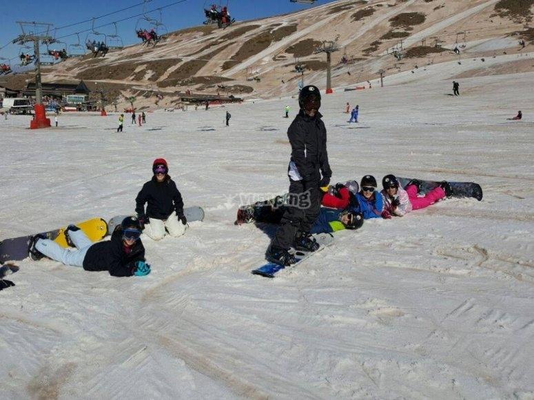 内华达山脉的雪地学生
