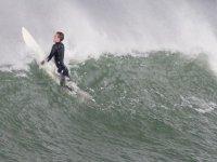 Tumbado en la tabla para subir la ola