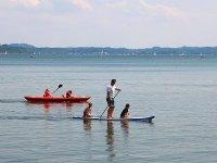 一家人在桨冲浪中航行