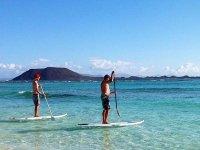 Navegando en paddle surf por las cristalinas aguas de Fuerteventura