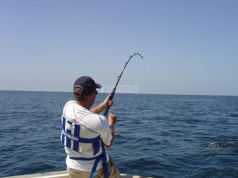 Sujetando la cana en el barco
