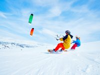 Amigos practicando snowkite