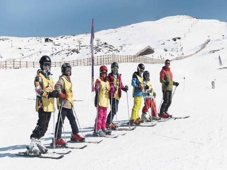 内华达山脉滑雪的朋友