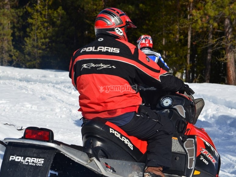 Moto de nieve en ruta