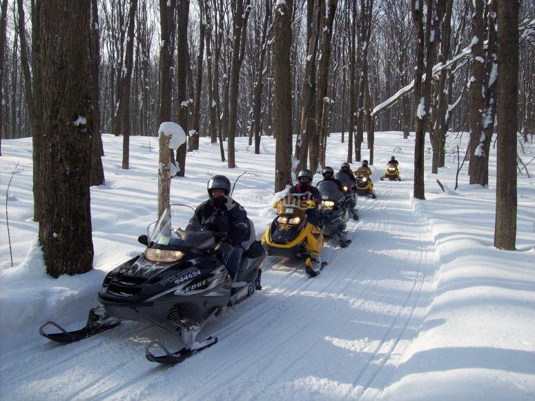 Rutas en moto de nieve con amigos