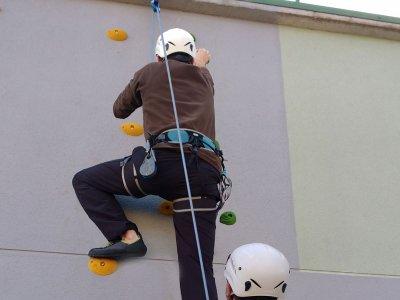 在Ledesma的攀岩墙上攀登洗礼