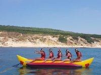 Disfrutando de un banana boat en la costa gaditana