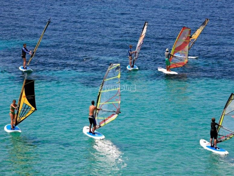 Practicando windsurf en grupo