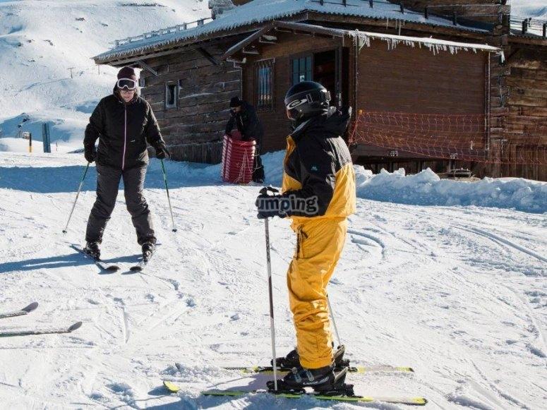 滑雪学生的释放
